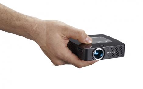 Miniprojektor PPX 3610 napriek svojej bohatej funkčnej výbave sa zmestí do dlane