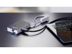 Miniprojektor je pripojiteľný k tabletu cez voliteľný prídavný kábel.
